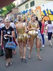 Девушки в золотом. Предлагают всем выиграть футболку или зажигалку.